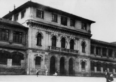 De las últimas imágenes de este edificio emblemático de la vida social y política de Deusto. Durante la Guerra Civil fue incendiado y posteriormente derruido. Posteriormente la Avenida pasó por encima de lo que quedaba.